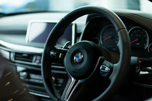 Kierownica i kokpit w samochodzie