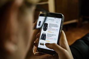 Kobieta zamawia ubrania przez Internet