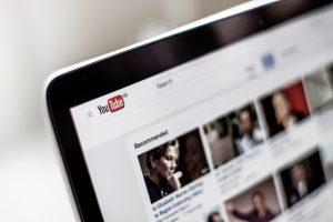 youtube wyświetlony na ekranie komputera