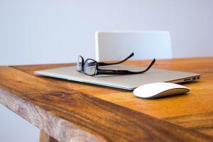 Laptop i myszka na stole