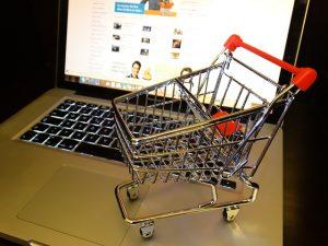 Mały koszyk zakupowy na komputerze