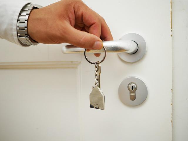 Mężczyzna otwiera drzwi kluczami