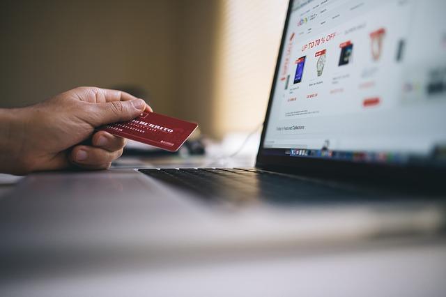 Mężczyzna kupujący towar przez Internet