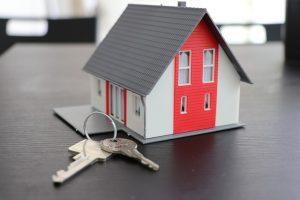 Mode domu na stole obok kluczy