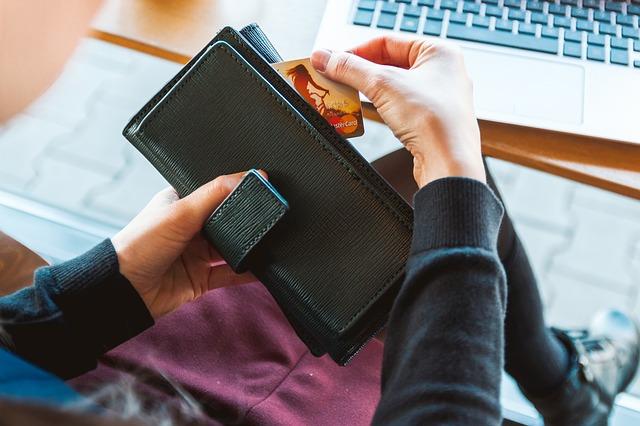 Karta płatnicza i portfel
