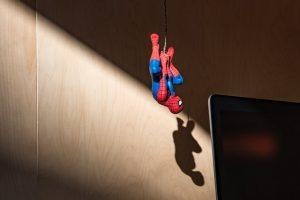Spiderman zwisający nad komputerem
