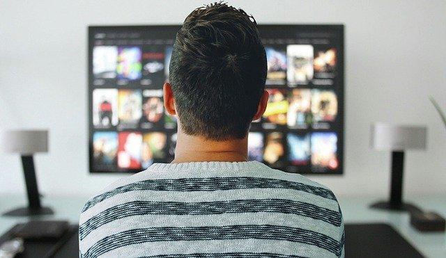 mezczyzna oglądający serial