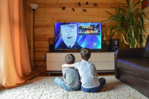 2 dzieci oglądająca telewizję