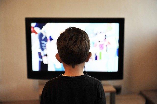 dziecko oglądające telewizję