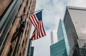 flaga USA na tle wieżowców